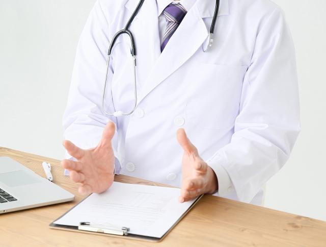 経歴を説明する医師